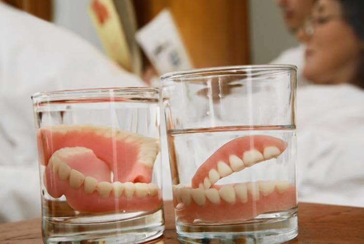 Zubi u čaši – TOTALNA PROTEZA i kako je se riješiti zauvijek